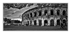 Place des Arènes en début de soirée (thierrybalint) Tags: amphitheater amphithéâtre people arènes nîmes antique ruines building placedesarènes arenas road sky route ciel ruins nikon nikoniste