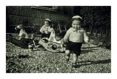 i gemelli a Vicenza - 19 febbraio 1936 (dindolina) Tags: photo fotografia blackandwhite bw biancoenero monochrome monocromo italy italia veneto vicenza family famiglia history storia vintage vignato gemelli twins 1936 1930s annitrenta thirties toy giocattolo cavalluccio
