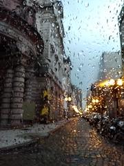 (loubacksurf) Tags: luzes água chuva vidro do carro ruas carros postes edificações