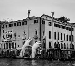 Support de Lorenzo Quinn (Beatriz Catalán) Tags: venecia escultura lorenzoquinn megaescultura manos