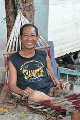 rookie of the year (the foreign photographer - ฝรั่งถ่) Tags: man hammock smoking smiling best rookie year khlong thanon portraits bangkhen bangkok thailand nikon d3200