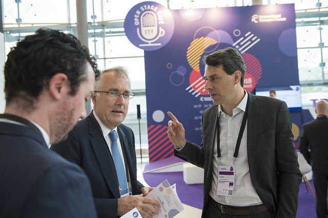Olaf Merk in discussion with other attendees