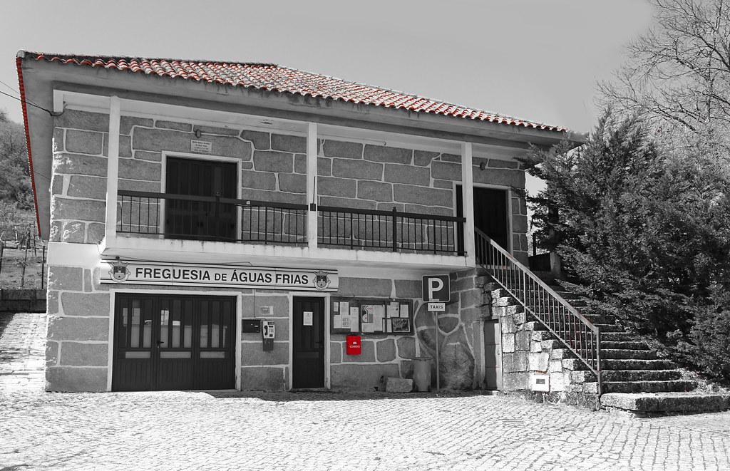 Águas Frias (Chaves) - ... junta de freguesia de Águas Frias e a caixa de correio vermelho ...