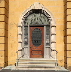 Entrance, Aiken-Rhett House, 48 Elizabeth Street, Charleston, SC (Spencer Means) Tags: door doorway house museum aikenrhett 48 elizabeth street wraggborough charleston sc southcarolina arch keystone entrance entry front fanlight iron wrought ironwork williamaiken governor robinsonaiken johnrobinson