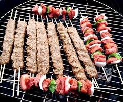 eat meat (Ahmed's Eye !) Tags: eat meat skewer barbecue grill joy lunch diner meal snack beef lamb cube pepper onion tomato kabob kabab kofta kefta