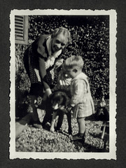 Vicenza 18 novembre 1936 (dindolina) Tags: photo fotografia blackandwhite bw biancoenero monochrome monocromo vintage italy italia veneto vicenza gemelli vignato twins elvirabuy cane dog giardino garden 1936 1930s annitrenta thirties family famiglia history storia