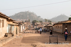 Wide streets and hills - the town of Man (10b travelling / Carsten ten Brink) Tags: 10btravelling 2018 africa africaine african afrika afrique carstentenbrink cotedivoire dan dioulabougou dixhuitmontagnes elfenbeinkueste iptcbasic ivorian ivorycoast muslim muslimquarter westafrica yacouba yakouba africain cmtb football hills islamique ivoirien ivoirienne man musulman nets quartier streets tenbrink