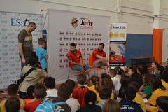 Els jugadors del Nàstic amb els nens i nenes de Bonavista