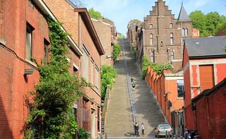 Liège Belgique : Le fameux escalier de la montagne de Bueren, 374 marches. Lüttich Belgien: die berühmte Treppe des Berges von Bueren, 374 Stufen. Liège Belgium: the famous staircase of the mountain of Bueren, 374 steps.On explore.