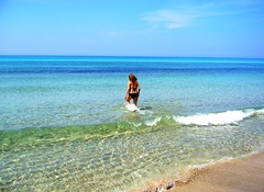 Riva di Ugento (Lecce) (_stebo_) Tags: sea summer italy woman beach girl donna italia mare estate wave bikini blond bagno salento puglia lecce paradiso ragazza onde onda bionda thispicturedoesnotyetqualifyfortopf25favesrequiredpleaseseerules santamariadileuca salentino rivadiugento