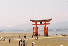 Miyajima at low tide (zinc_cola) Tags: summer japan gate tide low floating 2006 miyajima umbrellas torii itsukushima