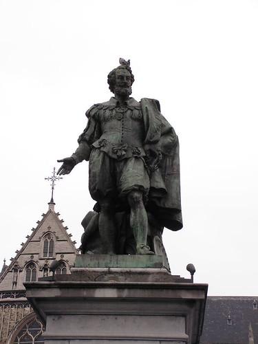 Памятник Рубенсу с неизменным срущим голубем на голове