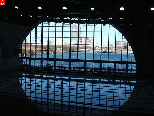 東京辰巳国際水泳場から運河を望む