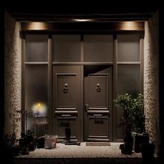 Trois idées de porte I/III : la porte entrouverte... (stephane.desire) Tags: porte carré