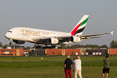 Planespotting Amsterdam style!!   A6-EEA, Airbus A380-861, Emirates arrives @rwy 36R in Amsterdam/EHAM (Freek Blokzijl) Tags: amsterdam airport luchthaven schiphol eham ams emirates airbusa380 a380861 wally superjumbo arrival approach landing landingsbaan aalsmeerbaan rwy36r avond evening spring 2018 april lowlight dubai planespotting vliegtuigspotten family canon eos7d