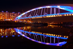 陽光橋夜倒映 - Bridge reflection at night at night (basaza) Tags: 陽光橋 canon 30d 1635