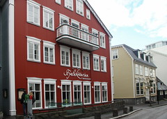 20170816-185855LC (Luc Coekaerts from Tessenderlo) Tags: iceland isl reykjavík reykjavik facade architecturalelement gevel streetview house building burgerhuis townhouse red splitdef2324reykjavikgevels people public cc0 creativecommons 20170816185855lc coeluc vak201708iceland