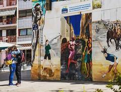 Valencia 2 (Peter Luit Woerden) Tags: valencia nikon nikond850 colourphotografy straatfotografie streetphotography hug hugging graffiti graffitiart graffitikunst muurschildering wallpainting plaza del carmen