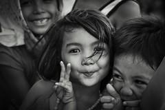 Happy Kids (frank.gronau) Tags: philippine manila white black street weis schwarz mädchen girl happy kids alpha sony gronau frank