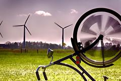 Spargeltarzan // Asparagustarzan (Zoom58.9) Tags: natur landschaft wind fahrrad nature landscape bicycle geschwindigkeit speed zweirad gras himmel sky grasses canon eos 50d europa germany deutschland europe niedersachsen energie energy