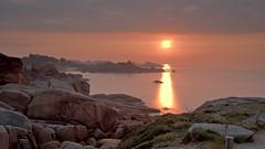 Coucher de soleil dans la brume - Ploumanach (missbutterflies) Tags: sunset coucherdesoleil ploumanach mer sea seaside côtesdarmor côtedegranitrose bretagne brittany brume mist leefilter