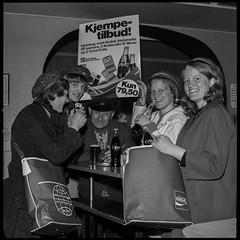 PEM-STO-00286 Eldre mann og Russ poserer med produkter og reklameartikler fra Coca Cola og Kodak