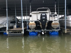 6600 UL2, 25ft Harris Tritoon on a HydroHoist Boat Lift