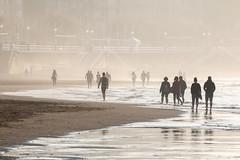 Hacia la bruma... (David A.L.) Tags: asturias asturies gijón playadesanlorenzo playa bruma gente paseando caminando arena mar agua