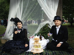 Viktorianisches Picknick (ingrid eulenfan) Tags: wavegotiktreffen 2018 leipzig le wgt wave wgt2018 gothicfestival gothic gotik gotic gotica gotiche gotisches gothicanhänger schwarzeszene szene goths sonyilca77m2 accessoires festival portrait clarazetkinpark viktorianischespicknick