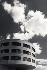 20180501-DSC4102 (A/D-Wandler) Tags: frankfurtammain frankfurt hessen deutschland osthafen gewerbe industrie gewerbegebiet industriegebiet schwarzweis bw blackandwhite monochrom einfarbig architektur gebäude fassade fenster himmel wolken dramatisch dramaticsky ufo