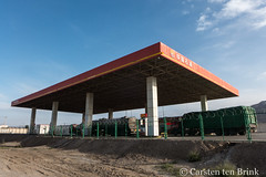 Channelling Ed Ruscha? (10b travelling / Carsten ten Brink) Tags: 10btravelling 2017 asia asian asien carstentenbrink china chine chinese edruscha iptcbasic prc peoplesrepublicofchina silkroad tarim tulufan turfan turpan xinjiang basin fuel gasstation geometry petrol tenbrink 中华人民共和国 中国 吐魯番