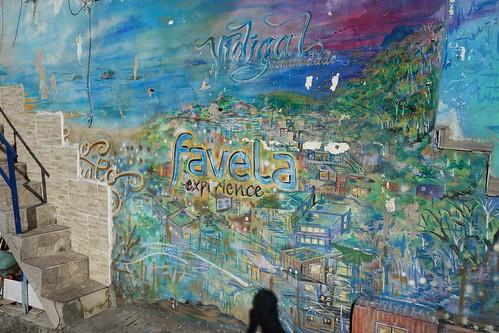 L'art est présent dans la favela avec de nombreux dessins, graffitis , sur les murs