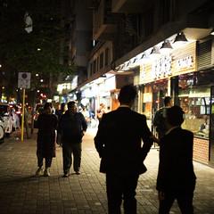 Hong Kong (peter.heindl) Tags: hongkong hong kong northpoit street night nacht strasse china fortress hill kings road walking dicker mann personen läden shops shop