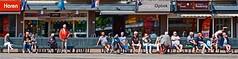 fine fleur van Loosduinen (Roel Wijnants) Tags: ccbync roelwijnants roelwijnantsfotografie roel1943 finefleur loosduinen pensionadas genieten zon bankje uitrusten praten beppen 60 50 aow ouderen straatfoto mensen peenbuikers plein winkelcentrum loosduinsehoofdplein