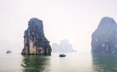 Vietnam | Ha Long Bucht 35 (Wolfgang Staudt) Tags: halongbucht halong vịnhhạlong golfvontonkin vietnam nordvietnam asien felsen inseln bucht kalksteinfelsen weltkulturerbe schiffe attraktion tourismus karstkarren