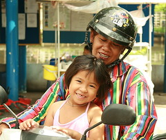 father and daughter on a motorcycle (the foreign photographer - ฝรั่งถ่) Tags: father laughing daughter motorcycle khlong thanon portraits bangkhen bangkok thailand canon