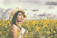 El horizonte - The horizon (Pepa Morente ( 2.200.000 de VISITAS )) Tags: campo naturaleza textutas nubes mujer guapa woman jaramagos