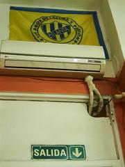 Fútbol. Buenos Aires, 2018 (federicosaxo) Tags: futbol pizzeria atlanta football sport bar wall salida exit color colour s95 aire acondicionado 24 air