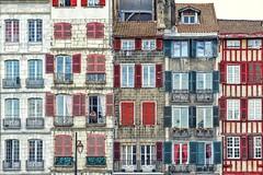 Le gars de Bayonne (Isa-belle33) Tags: architecture urban urbain city ville bayonne fujifilm windows fenêtres man people homme façade wall mur colors couleurs