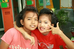 pretty girls sending you peace (the foreign photographer - ฝรั่งถ่) Tags: two pretty preteen girls lipstick peace sign khlong thanon portrats bangkhen bangkok thailand canon