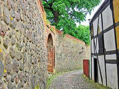 Neubrandenburg - Stadtmauer (www.nbfotos.de) Tags: neubrandenburg stadtmauer mauer wall fachwerkhaus fachwerk halftimberedhouse mecklenburgvorpommern