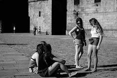 The leader of the pack (MARKFREUDER) Tags: street streetphotography santiagodecompostela plaza obradoiro monochrome monocromatico bw blackwhite blancoynegro fujifilmxt1 fuji candid spain gente people
