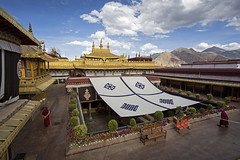 The Jokhang buddhist temple in Lhasa, Tibet (Tim van Woensel) Tags: buddhist temple jokhang qoikang monastery jokang zuglagkang barkhor square most sacred important tibet lhasa unesco world heritage site peoples republic china buddhism king songtsen gampo himalayan landscape mountains monk monks gold roof