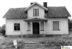 tm_7416 - Bruksgatan, Tidaholm (Tidaholms Museum) Tags: svartvit positiv bostadshus tidaholm trädgård exteriör 1988