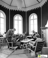 tm_7722 - Hellidens slott, Tidaholm (Tidaholms Museum) Tags: svartvit positiv slottsbyggnad interiör människor möbler