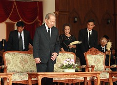 presiding over a cremation (the foreign photographer - ฝรั่งถ่) Tags: cremation anniversary fatherin law tanin thanin kraivixien prime minister wat prasit mahathat bangkhen bangkok thailand canon