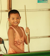 proud snooker player (the foreign photographer - ฝรั่งถ่) Tags: smiling boy snooker billiards cute table klong thanon portraits bangkhen bangkok thailand canon