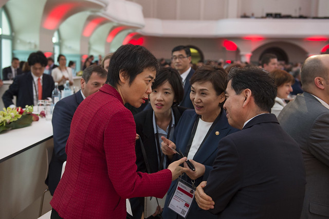 Fang Liu in discusison with Hyun-mee Kim
