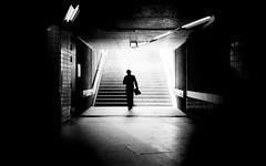 Towards The Light (Sven Hein) Tags: mann hut menschen leute strasse frühling schwarzweiss strassenfotografie towardsthelight man hat silhouette people street spring bw blackandwhite candid streetphotography sony rx100m3 rx100iii