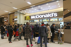 McDonald's Westfield Stratford City (United Kingdom) (Meteorry) Tags: europe unitedkingdom england uk britain greatbritain london november 2017 meteorry westfieldstratfordcity shoppingmall soir night nuit illuminations stratford westfield foodcourt mcdonalds storefront instore counter people crowd food bigmac